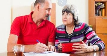 Hohe Rechnungen können Rentner schnell in finanzielle Engpässe bringen.